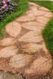 在庭院的美丽的道路 免版税库存图片
