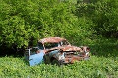 在庭院的老生锈的汽车 图库摄影