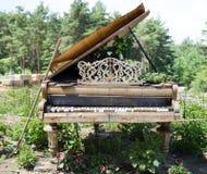 在庭院的落寞钢琴 免版税库存图片