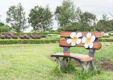 在庭院的长凳 免版税图库摄影