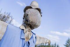 在庭院的稻草人 免版税库存照片