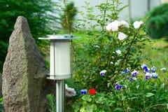 在庭院背景的太阳供给动力的灯 图库摄影