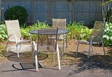 在庭院设置的室外草坪家具 免版税图库摄影