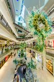 在庭院购物中心的圣诞节装饰 人们在它附近能看的探索和购物 库存图片