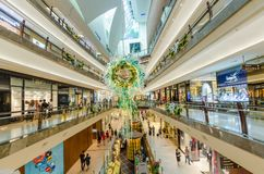 在庭院购物中心的圣诞节装饰 人们在它附近能看的探索和购物 免版税库存图片