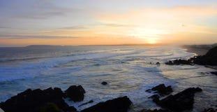 在庭院路线的美丽的日落普莱滕贝尔格海湾海滩,南非 免版税库存图片