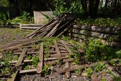 在庭院里下落的木篱芭 图库摄影