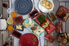 在庭院里准备的浓土耳其早餐 库存照片