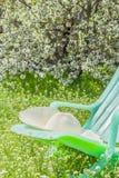 在庭院里放松在一个春日 免版税库存图片