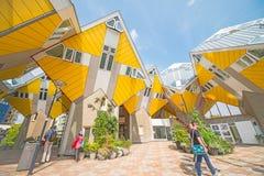 在庭院里求鹿特丹的立方房子有游人的 免版税库存照片