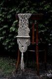 在庭院里流苏花边手工制造在一把木椅子 库存照片