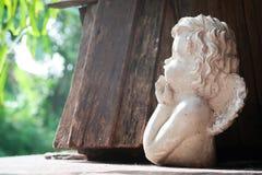 在庭院里装饰的角度雕塑 库存照片