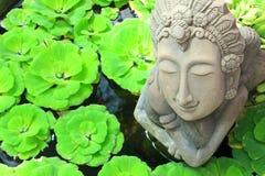 在庭院里装饰的水池的Kinnari雕象 库存图片