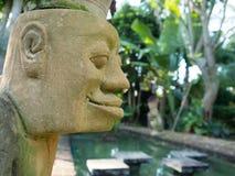 在庭院里雕刻我的手段 免版税库存照片