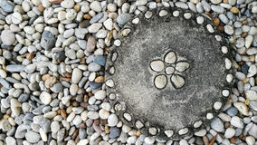 在庭院里阻拦从禅宗样式的被铺的走道圈子白色被雕刻的莲花叶子和沙粒装饰地板的纹理背景 图库摄影