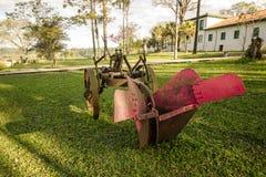 在庭院里暴露的古老农业工具 免版税库存照片