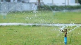 在庭院领域的水喷水隆头 股票视频
