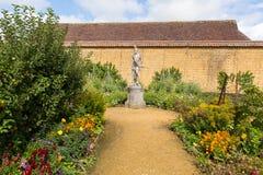 在庭院巴林顿法院的雕象在Ilminster萨默塞特有庭院的英国英国附近在夏天阳光下 免版税库存照片