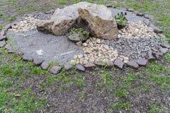 在庭院#1里向安排扔石头 免版税库存照片