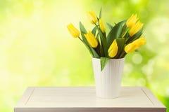 在庭院bokeh背景的美丽的郁金香花束 免版税图库摄影
