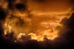 在康沃尔郡,英国的日落云彩 库存图片
