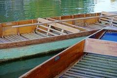 在康河,剑桥,英国的空的绿色和蓝色平底船 免版税图库摄影