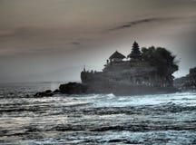 在建立的著名寺庙Tanah全部修造在一个岩质岛上在水中间在日落用Bal,印度尼西亚 库存图片