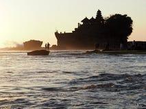 在建立的著名寺庙Tanah全部修造在一个岩质岛上在水中间在日落用Bal,印度尼西亚 免版税库存图片