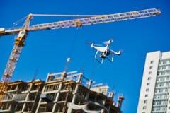在建筑区域的寄生虫survellance 建筑工地检查 库存照片