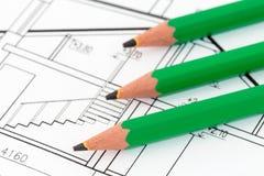 在建筑图纸的绿色铅笔 免版税图库摄影