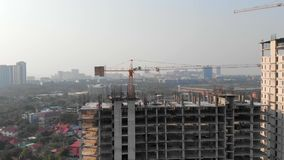 在建筑大厦的鸟瞰图 新发展计划寄生虫视图与都市风景的在背景中 上升一个宽看法的  股票录像