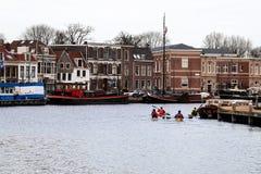 在建筑学背景的欧洲河运河  免版税库存图片