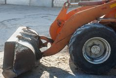 在建筑工地的一个挖掘机瓢 免版税库存照片