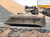 在建筑工地的挖掘机铁锹 免版税库存图片