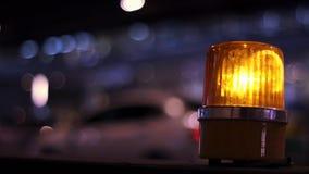 在建筑旁边安全标志的橙黄警报器光,被安装在路旁边 股票视频