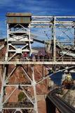 在建筑水坝社论真空吸尘器工作者之上 免版税库存图片