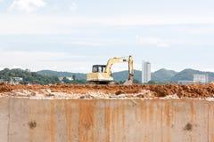 在建筑的建筑挖掘机 免版税库存图片