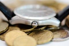 在建议堆的手表的硬币时间是一种可贵的资源 免版税图库摄影