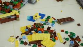 在建设者的年轻儿童游戏 儿童` s设计师的比赛 色的多维数据集 小型武器是被连接的立方体 影视素材