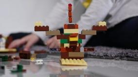 在建设者的年轻儿童游戏 儿童` s设计师的比赛 色的多维数据集 小型武器是被连接的立方体 股票录像