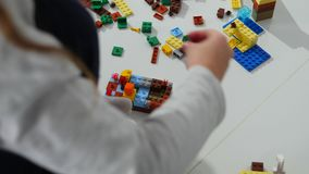在建设者的年轻儿童游戏 儿童` s设计师的比赛 色的多维数据集 小型武器是被连接的立方体 股票视频