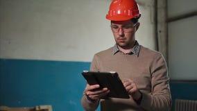 在建造场所供以人员有数字式片剂的工程师 影视素材
