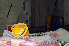 在建造场所的使用的黄色防护盔甲 库存照片