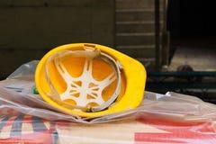 在建造场所的使用的黄色防护盔甲 免版税库存图片