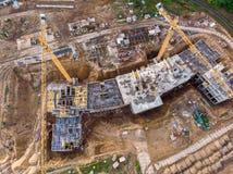 在建造场所的俯视图有起重机和大厦的 免版税库存图片