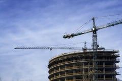 在建造场所的塔吊在早晨阳光下 图库摄影