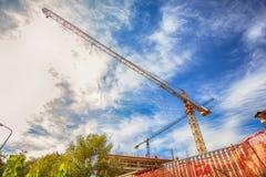在建造场所的建筑用起重机 库存照片