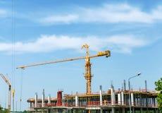 在建造场所的建筑用起重机 免版税库存照片