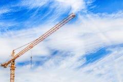 在建造场所的建筑用起重机 免版税图库摄影