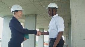 在建造场所的握手 免版税库存照片